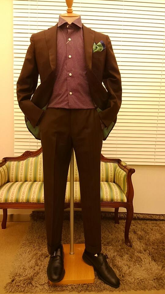 ブラウンのスーツ〈イズント〉