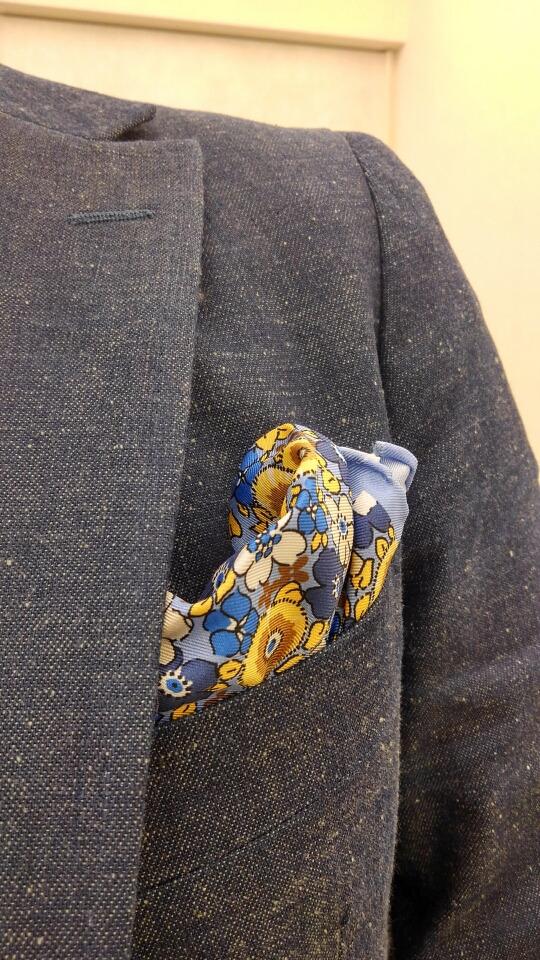 デニムジャケットとポケットチーフ〈イズント〉