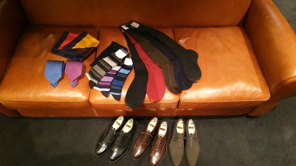 チーフ、ロングホーズ(靴下)革靴など〈イズント〉